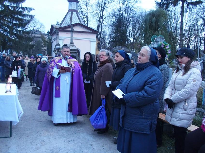 Молитва біля могили священиків